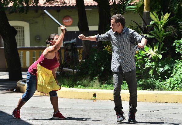 Una donna attacca un uomo durante una protesta antigovernativa contro il presidente Juan Orlando Hernandez per la sua gestione della pandemia di coronavirus a Tegucigalpa, Honduras, il 15 settembre 2020 - Sputnik Italia