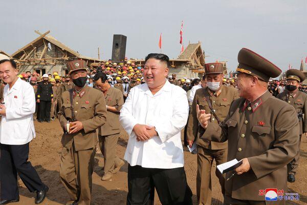 Il leader della Corea del Nord Kim Jong Un ispeziona un sito colpito dalle inondazioni a Taechong-ri, Corea del Nord - Sputnik Italia