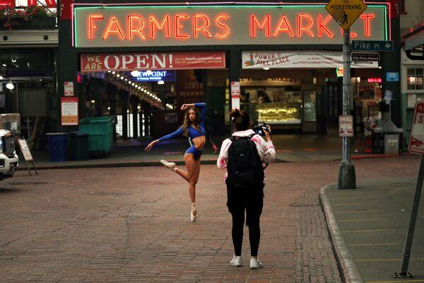 Una ballerina posa per un fotografo a Washington, USA, il 12 settembre 2020 - Sputnik Italia
