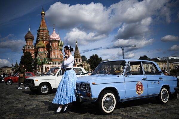Una ragazza di fronte a uno Zhiguli prima dell'inizio del rally di auto uniche dell'era sovietica GUM Rally-2020 - Sputnik Italia