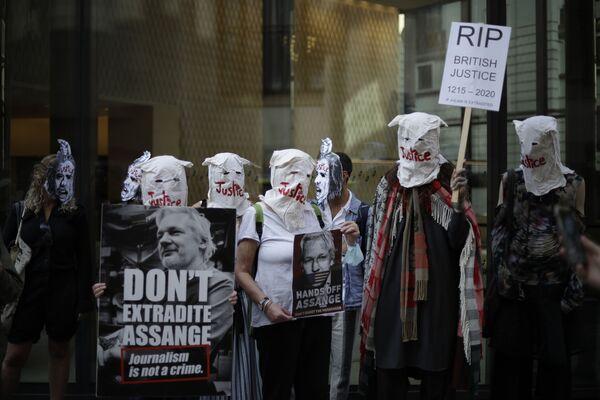 I sostenitori del fondatore di WikiLeaks Julian Assange prendono parte a una protesta davanti alla Corte penale centrale a Londra, lunedì 14 settembre 2020 - Sputnik Italia