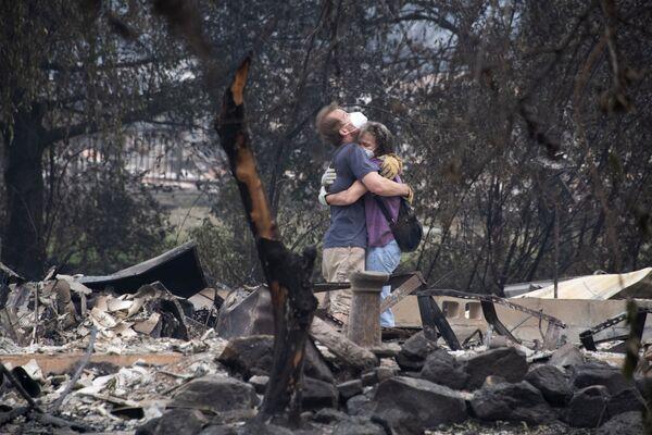 Una coppia tra le rovine della sua casa distrutta dall'incendio, Oregon, il 15 settembre 2020 - Sputnik Italia