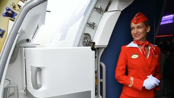 Стюардесса на борту дальнемагистрального широкофюзеляжного пассажирского самолета Airbus A350-900 авиакомпании Аэрофлот - Sputnik Italia