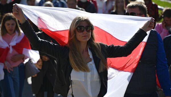 Una partecipante alla marcia delle donne a Minsk - Sputnik Italia