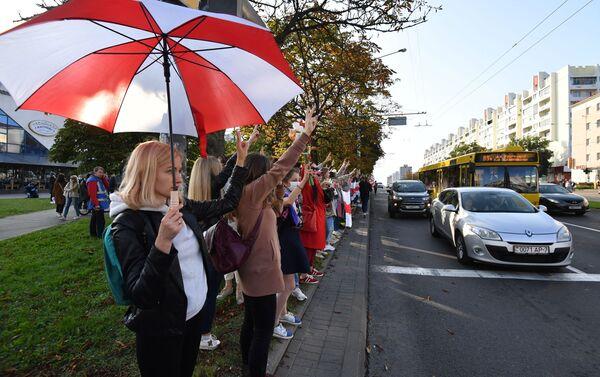 Ragazze in colonna alla marcia delle donne - Sputnik Italia