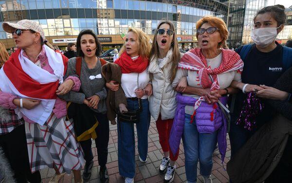 Donne cantano al corteo femminile - Sputnik Italia