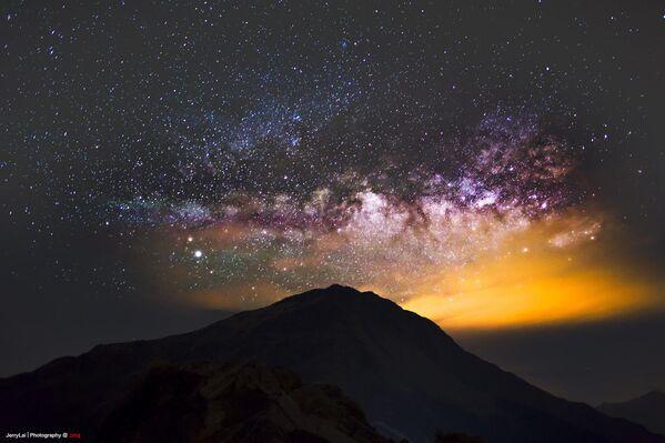 Via Lattea sopra il monte Hehuanshan, una montagna della Catena Montuosa Centrale di Taiwan, spina dorsale dell'isola - Sputnik Italia
