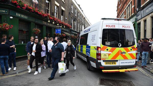 Folla a Park Street, Londra, dopo la riapertura dei pub  - Sputnik Italia