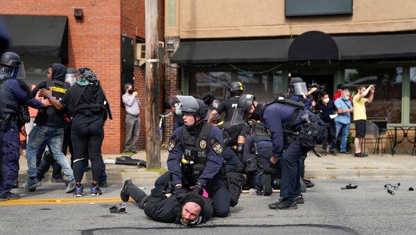 Scontri tra polizia di Louisville e protestanti dopo la sentenza sull'omicidio di Breonna Taylor - Sputnik Italia