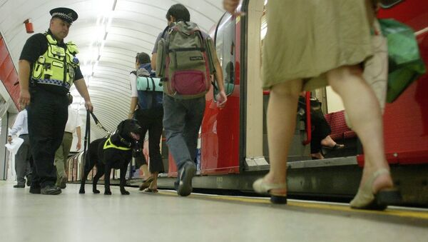 Counter Terrorism Police Dog, officer Vinni, sniffs for explosives as he patrols Liverpool Street underground platform as passengers alight from a tube train, Wednesday July 20, 2005, as security is stepped up at Liverpool Street Tube Station in London. - Sputnik Italia