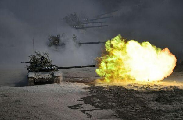 I carri armati durante le esercitazioni militari Caucaso 2020 nel poligono Raevsky a Novorossiysk - Sputnik Italia