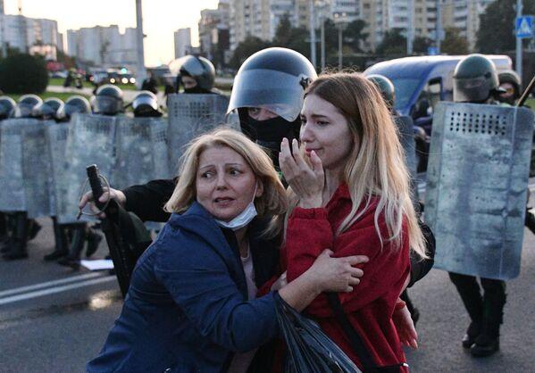Agenti di polizia e partecipanti delle proteste a Minsk, Bielorossia - Sputnik Italia