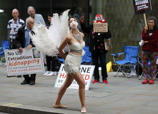 Una ballerina partecipa alla protesta di fronte alla Old Bailey Central Criminal Court di Londra, Regno Unito - Sputnik Italia