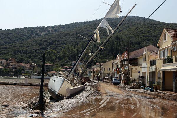 Le barche spiaggiate dopo una tempesta tropicale in Grecia - Sputnik Italia