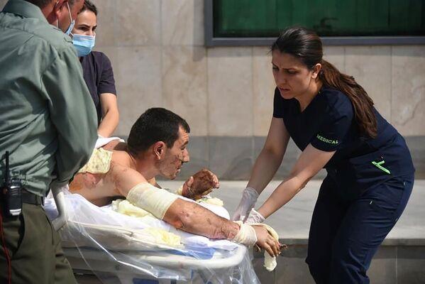 Una vittima ferita nel corso delle operazioni militari in Nagorno Karabakh - Sputnik Italia