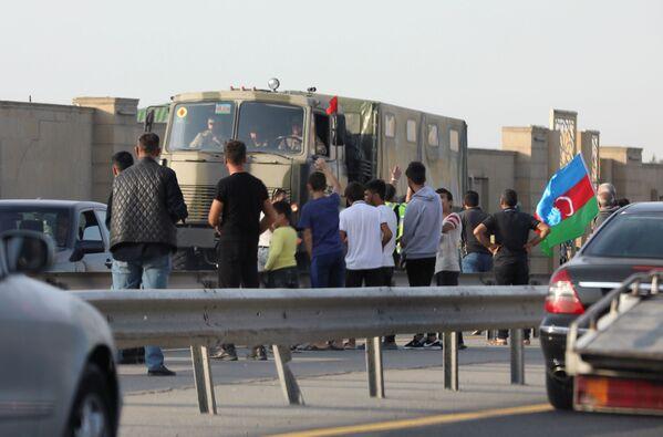 La gente vicino ai camion dell'esercito dell'Azerbaigian a Baku - Sputnik Italia