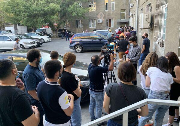 La gente in fila davanti al Centro di ematologia R. Yolyan per donare il sangue - Sputnik Italia