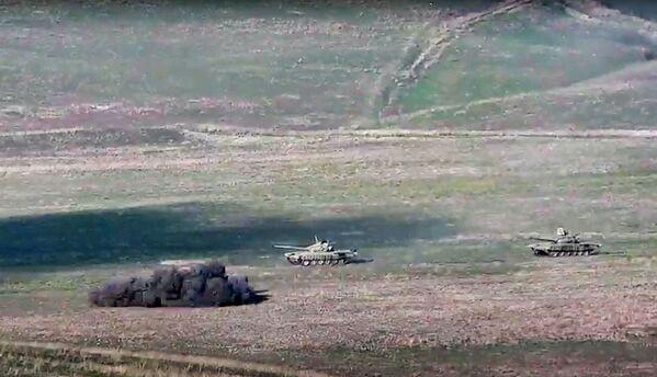 L'esercito armeno distrugge i carri armati azeri sul confine della Repubblica del Nagorno Karabakh - Sputnik Italia