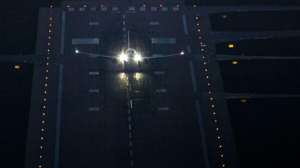 Un aereo sulla pista di atterraggio in aeroporto - Sputnik Italia
