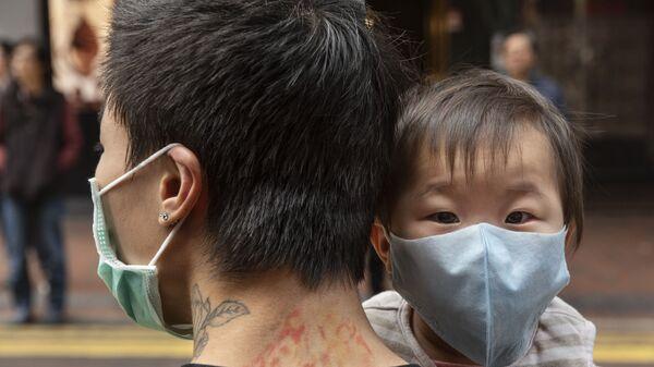 Bimbo in braccio al papà in Cina - Sputnik Italia