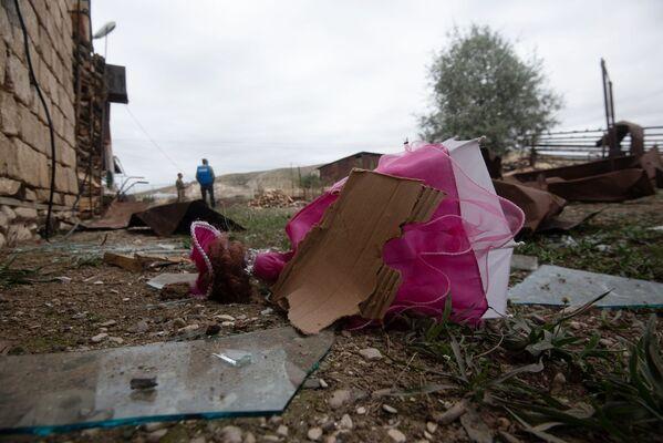 Un giocatolo e frammenti di vetro vicino alla casa distrutta nella città Martuni - Sputnik Italia