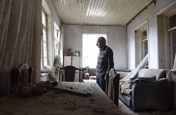 Un residente mostra una camera della casa bombardata a Martuni - Sputnik Italia