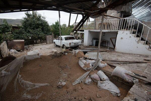 Un cortile distrutto nella città Martuni dopo i bombardamenti,  Nagorno-Karabakh - Sputnik Italia