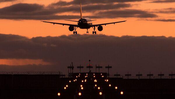 Un aereo atterra al tramonto - Sputnik Italia
