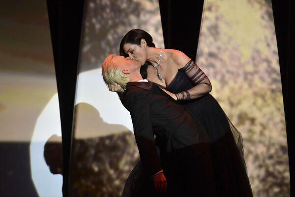 L'attrice italiana Monica Bellucci bacia l'attore Alex Lutz durante la cerimonia dell'apertura del Festival di Cannes  - Sputnik Italia