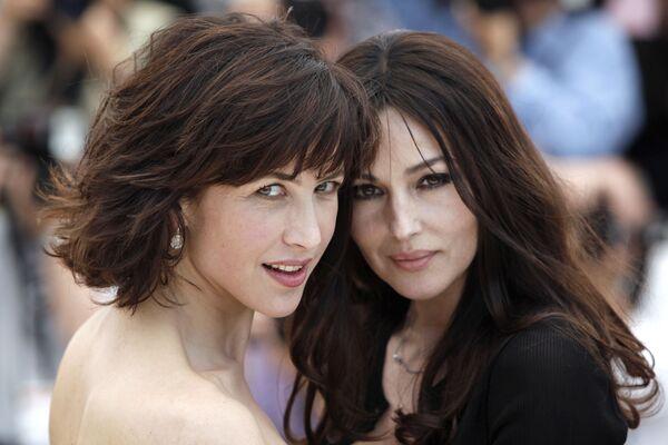 L'attrice italiana Monica Bellucci e l'attrice francese Sophie Marceau durante il Festival di Cannes - Sputnik Italia