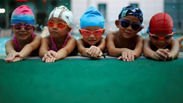 Дети на занятиях в бассейне в школе плавания в Китае - Sputnik Italia