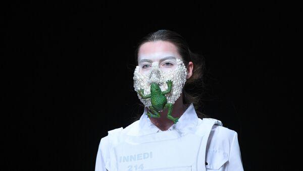 Una modella in mascherina ad una sfilata di moda - Sputnik Italia
