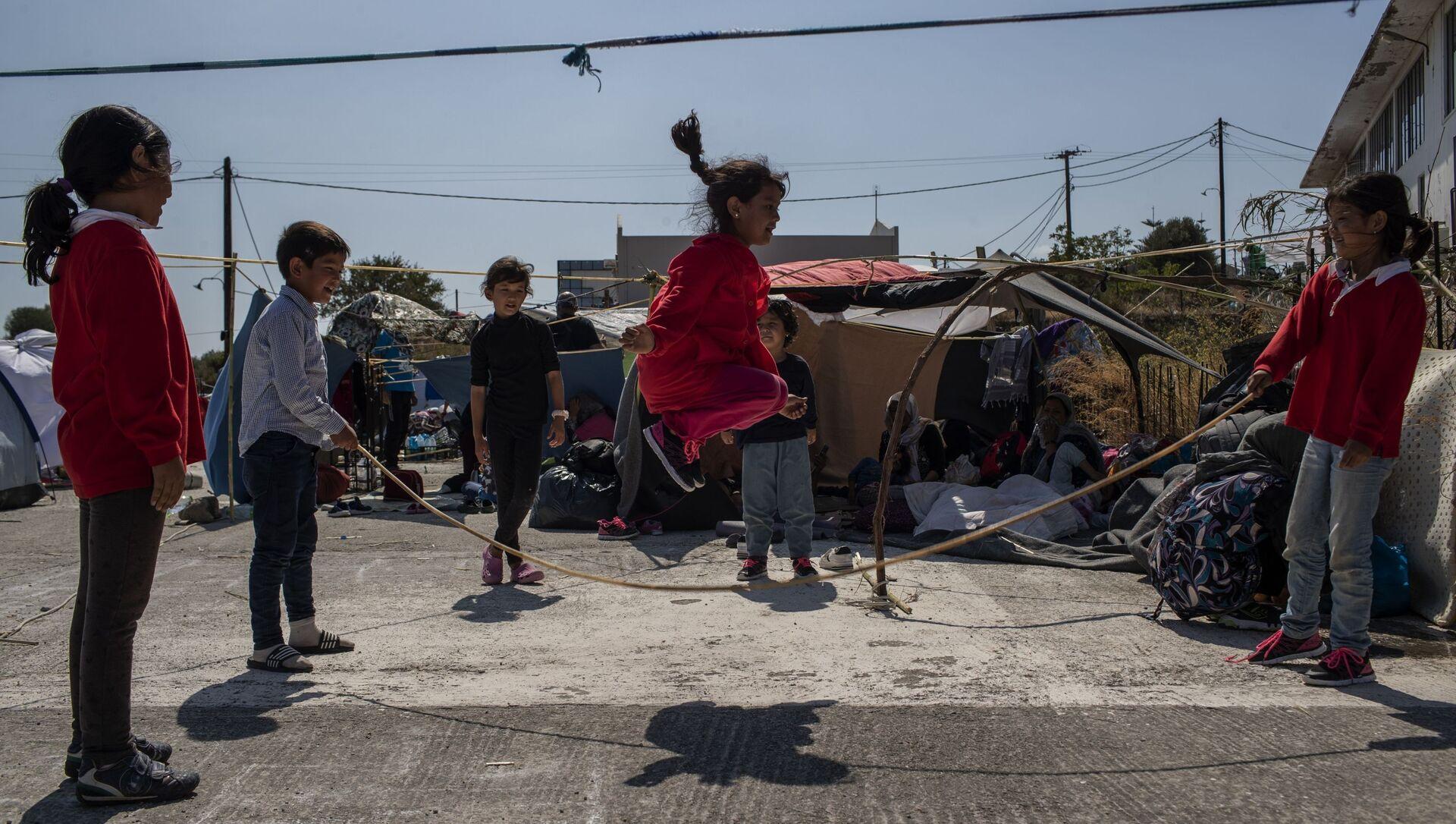L'isola Lesbos: i bambini che si giocano - Sputnik Italia, 1920, 07.02.2021