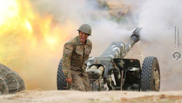 Армянский военный стреляет из артиллерийского орудия во время боя с азербайджанскими войсками в Нагорном Карабахе - Sputnik Italia