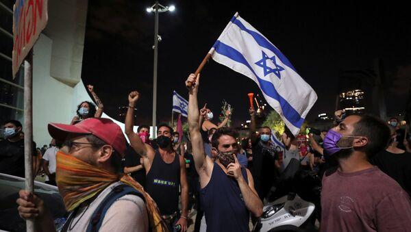 Gli israeliani protestano contro la legislazione che vieta loro di tenere manifestazioni a più di 1 km (0,6 miglia) dalle loro case, una misura secondo il governo mirata a contenere le infezioni da coronavirus (COVID-19), a Tel Aviv, Israele, 3 ottobre 2020. - Sputnik Italia