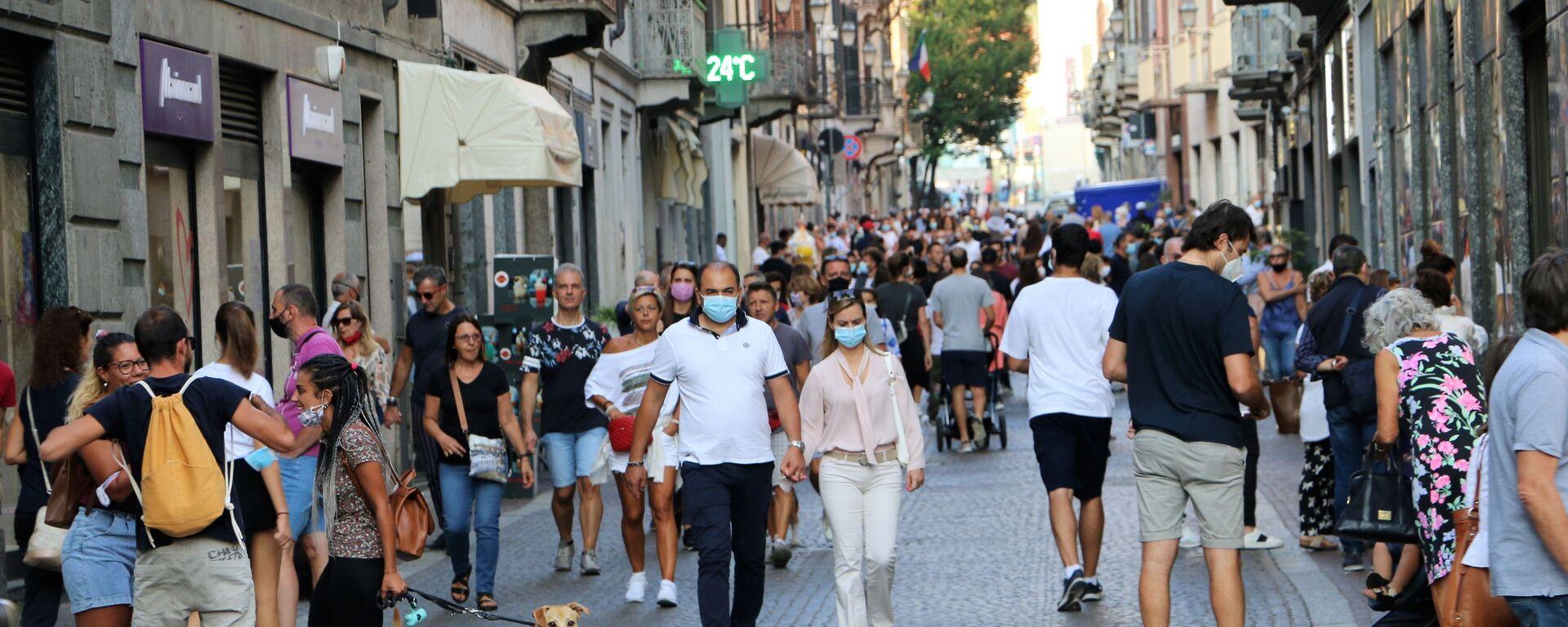 Coronavirus in Italia, la gente indossa le mascherine protettive - Sputnik Italia, 1920, 04.01.2021