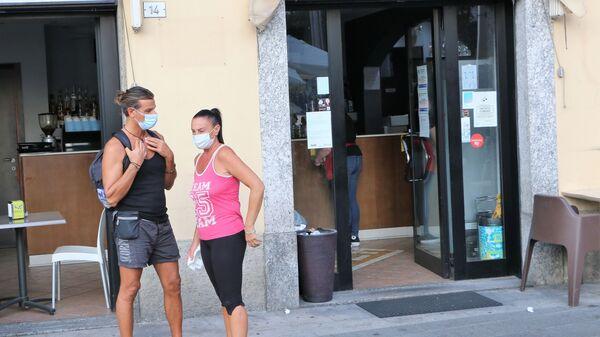 Coronavirus, le persone indossano le mascherine protettive in Italia - Sputnik Italia