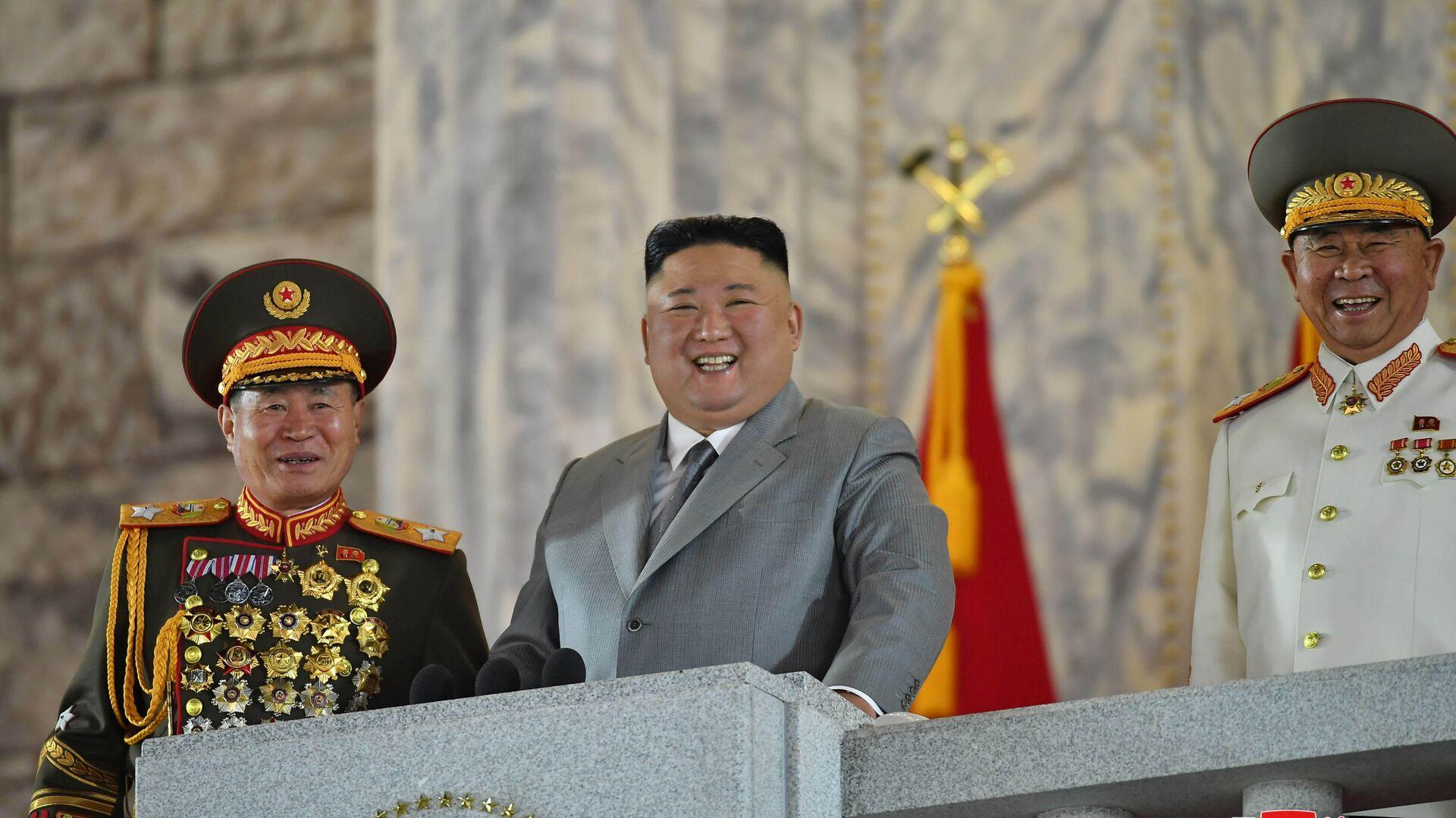 Лидер КНДР Ким Чен Ын на военном параде в честь 75-летия Трудовой партии Северной Кореи - Sputnik Italia, 1920, 02.07.2021