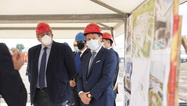 """Il Presidente del Consiglio, Giuseppe Conte, ha visitato l'area dedicata alla realizzazione del nuovo ospedale """"San Cataldo"""" in occasione della cerimonia di posa della prima pietra. - Sputnik Italia"""