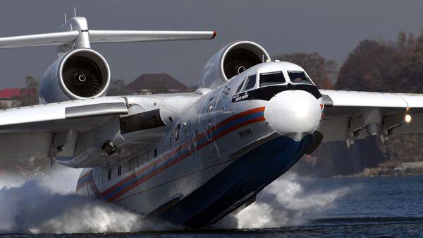 Многоцелевой самолет-амфибия Бе-200ЧС во время отработки взаимодействия авиации МЧС России с наземными и морскими спасательными службами в Приморье - Sputnik Italia