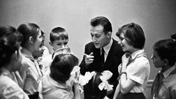 Gianni Rodari in compagnia di alcuni bambini a Mosca nel 1973 - Sputnik Italia