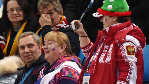 Alexander Petrov, primo da sinistra in basso, insieme alla moglie alle Olimpiadi di Sochi 2014 - Sputnik Italia