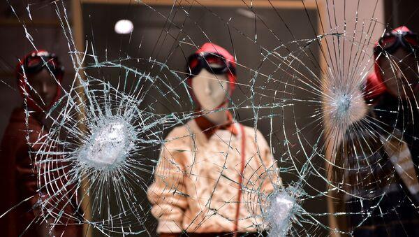 Una vetrina danneggiata di un negozio a Torino mentre le persone protestano contro le nuove restrizioni introdotte dal governo per frenare le infezioni da coronavirus (COVID-19), a Torino, Italia, 26 ottobre 2020. - Sputnik Italia