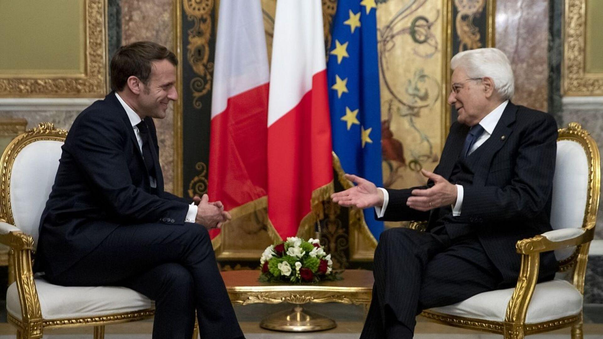 Presidente francese Emmanuel Macron e Presidente italiano Sergio Mattarella in un incontro di febbraio 2020 - Sputnik Italia, 1920, 04.07.2021