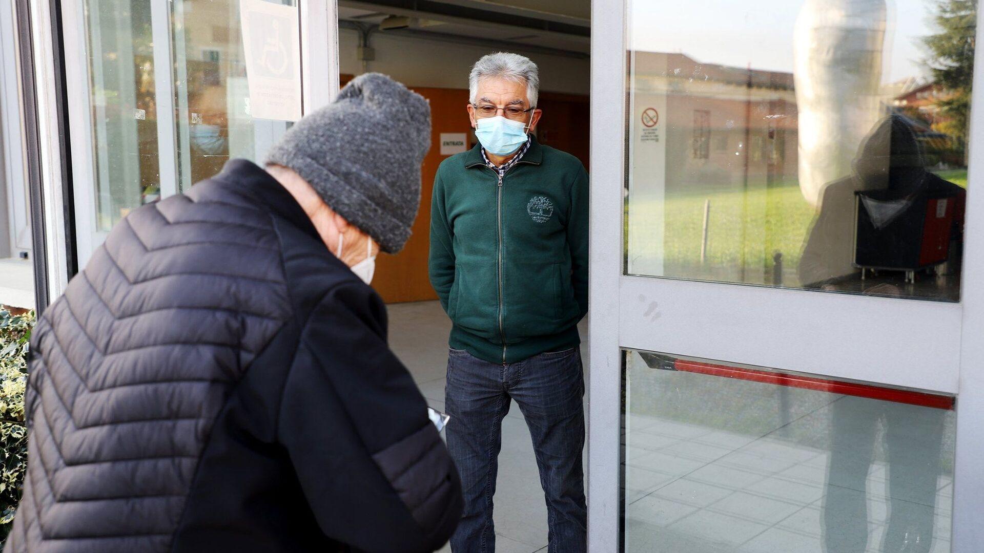 Anziani al centro vaccini antiinfluenzali dell'ASL Torino 3 - Sputnik Italia, 1920, 06.02.2021
