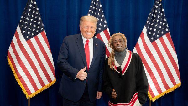 Il rapper americano Lil Wayne posa per una foto con il presidente degli Stati Uniti Donald Trump presso il resort del presidente a Doral, in Florida, il 29 ottobre. - Sputnik Italia