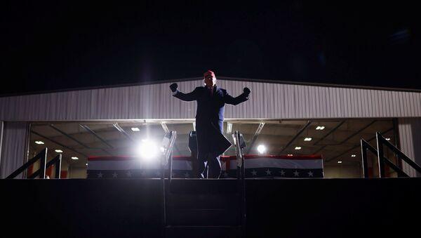 Президент США Дональд Трамп во время кампании в Мичигане  - Sputnik Italia