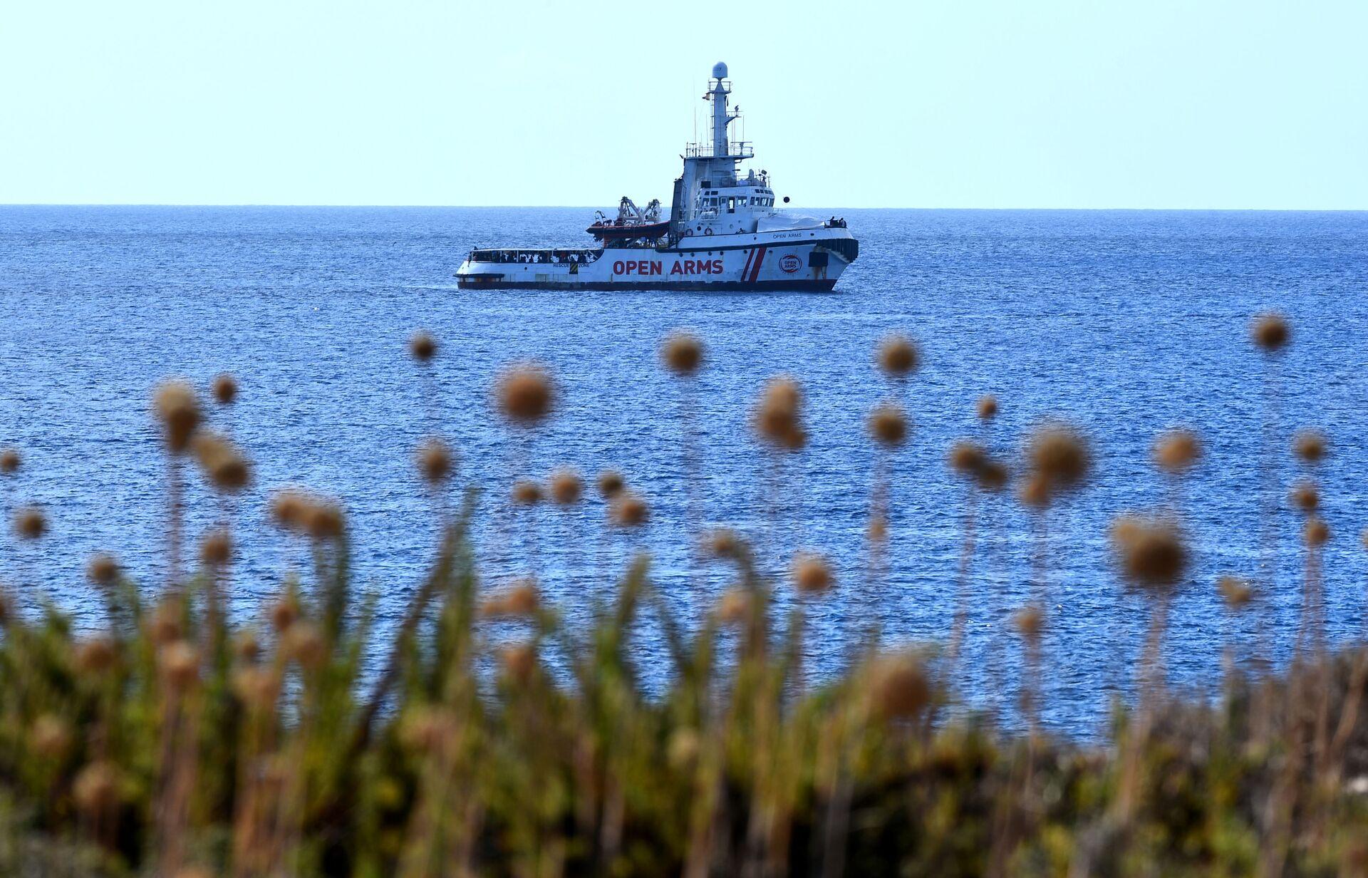 La nave Open Arms si avvicina a Lampedusa - Sputnik Italia, 1920, 18.05.2021