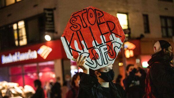 Manifestanti prendono parte alla manifestazione La gente marcia perché la lotta continua il giorno dopo il giorno delle elezioni a Manhattan, New York City - Sputnik Italia
