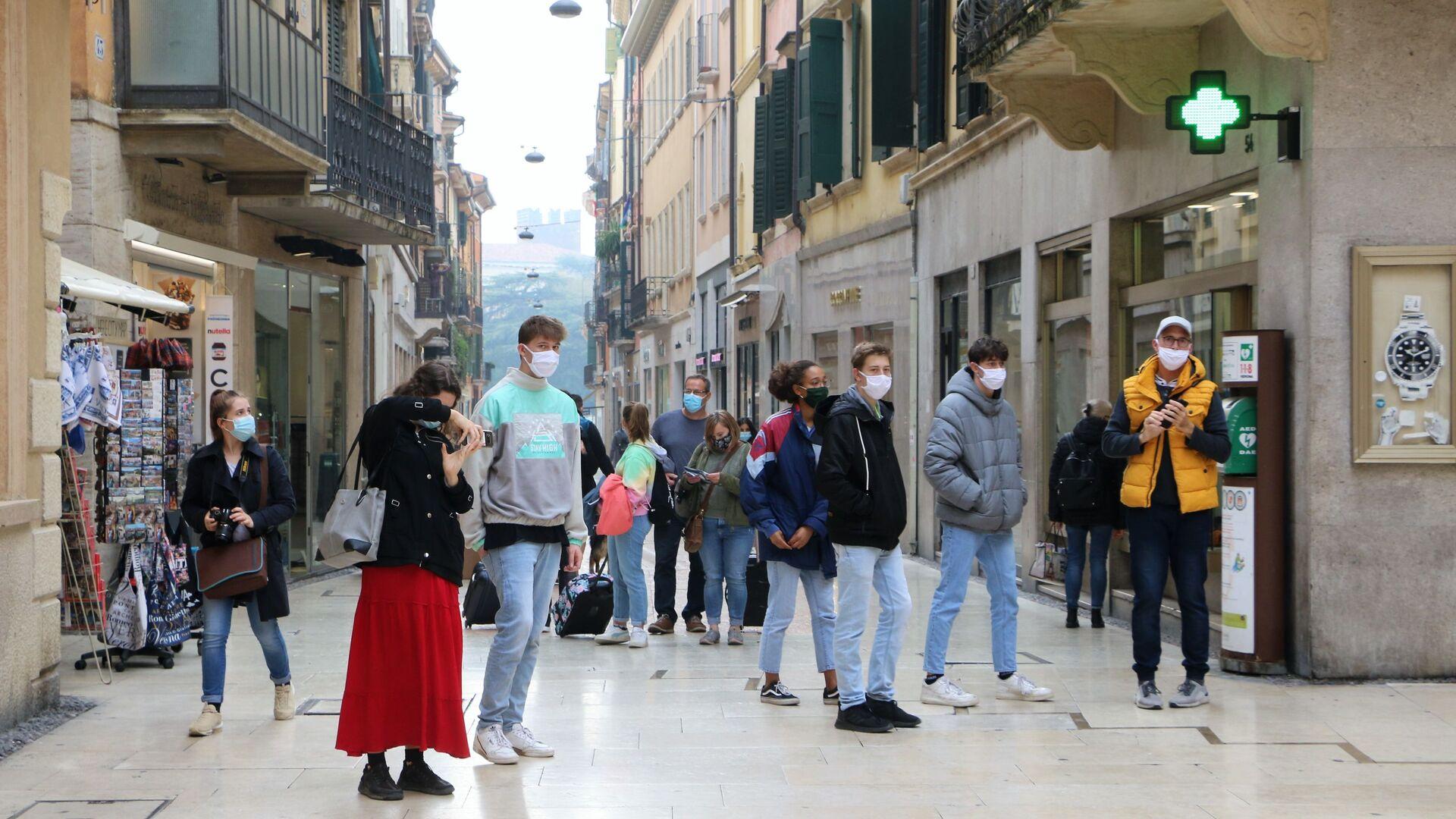 Ragazzi in mascherina in una strada - Sputnik Italia, 1920, 01.02.2021